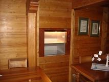 Porte Inox à guillotine ouverte SKG ISO-A dans un restaurant