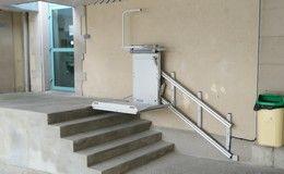 Installation d'une plateforme oblique dans une école primaire afin de permettre le franchissement d'un escalier de 5 marches