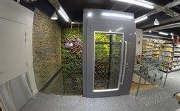 Pose d'un élévateur en structure vitrée dans un magasin Naturalia