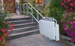 Installation d'une plateforme monte escalier en courbe à la Mairie de Talloires