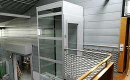 Installation d'un élévateur en structure vitrée dans un laboratoire du CNRS