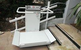 Installion d'une plateforme monte-escalier devant un cabinet dentaire